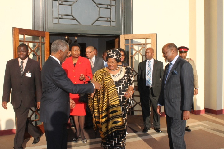 President Banda says bye to Mbeki and Chissano after the meeting